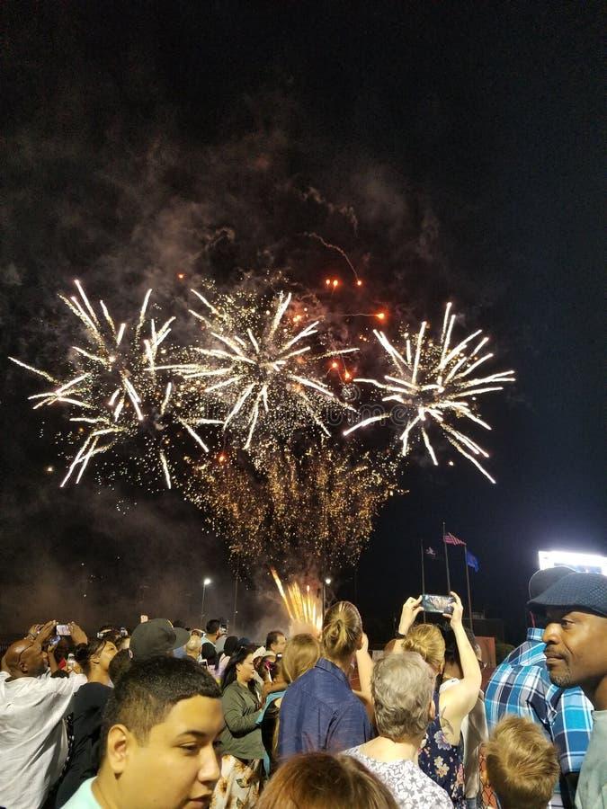 Πυροτεχνήματα επάνω από ένα πλήθος στοκ εικόνα