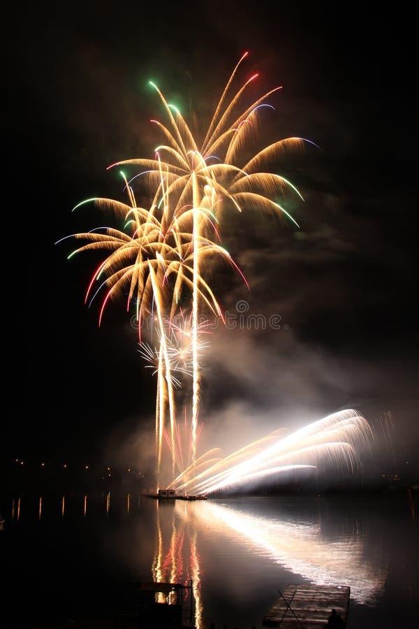 Πυροτεχνήματα επάνω από το νερό στοκ φωτογραφία με δικαίωμα ελεύθερης χρήσης