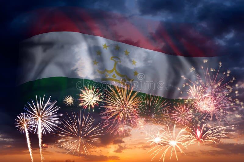 Πυροτεχνήματα και σημαία του Τατζικιστάν στοκ φωτογραφία με δικαίωμα ελεύθερης χρήσης