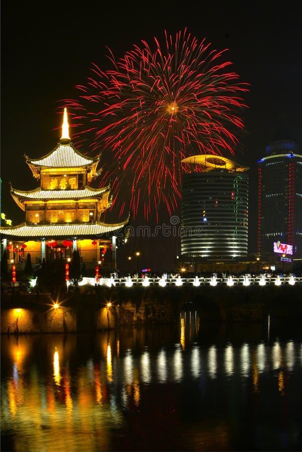 Πυροτεχνήματα & κινεζικό περίπτερο στοκ εικόνα με δικαίωμα ελεύθερης χρήσης