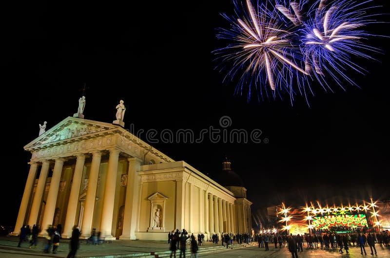 Πυροτεχνήματα κοντά στον καθεδρικό ναό Vilnius στη Λιθουανία στοκ φωτογραφίες