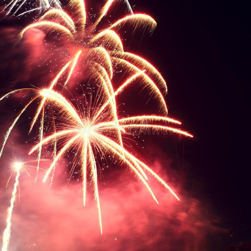 Πυροτεχνήματα κόκκινα και κίτρινα στοκ εικόνα με δικαίωμα ελεύθερης χρήσης