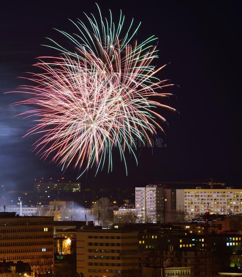Πυροτεχνήματα πέρα από την πόλη. στοκ εικόνα με δικαίωμα ελεύθερης χρήσης