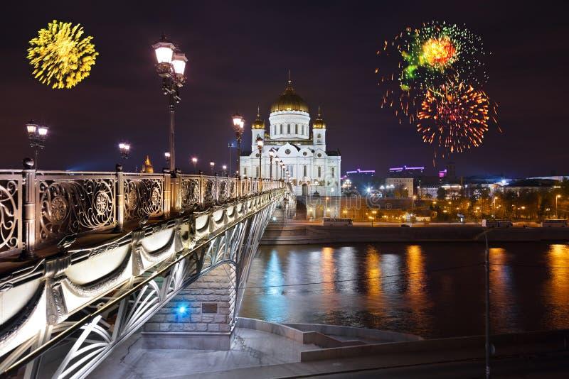 Πυροτεχνήματα πέρα από τον καθεδρικό ναό Χριστού το Savior στη Μόσχα στοκ φωτογραφίες