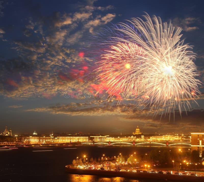 Πυροτεχνήματα πέρα από τον ποταμό Neva scape γέφυρα okhtinsky Πετρούπολη Ρωσία Άγιος στοκ φωτογραφίες