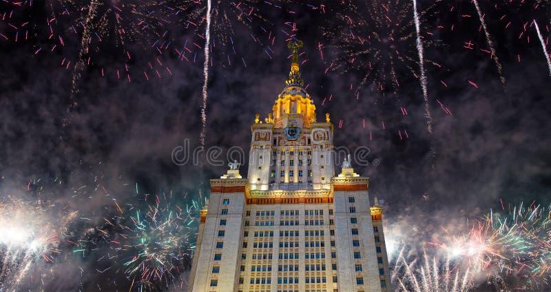 Πυροτεχνήματα πέρα από το κρατικό πανεπιστήμιο Lomonosov Μόσχα στους λόφους σπουργιτιών τη νύχτα, Ρωσία στοκ φωτογραφία