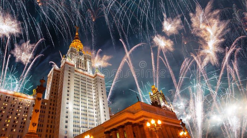 Πυροτεχνήματα πέρα από το κρατικό πανεπιστήμιο Lomonosov Μόσχα στους λόφους σπουργιτιών τη νύχτα, Ρωσία στοκ φωτογραφία με δικαίωμα ελεύθερης χρήσης