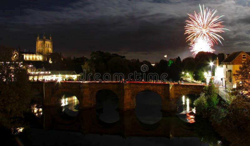 Πυροτεχνήματα πέρα από Wye ποταμών και τον καθεδρικό ναό Hereford στοκ εικόνα με δικαίωμα ελεύθερης χρήσης