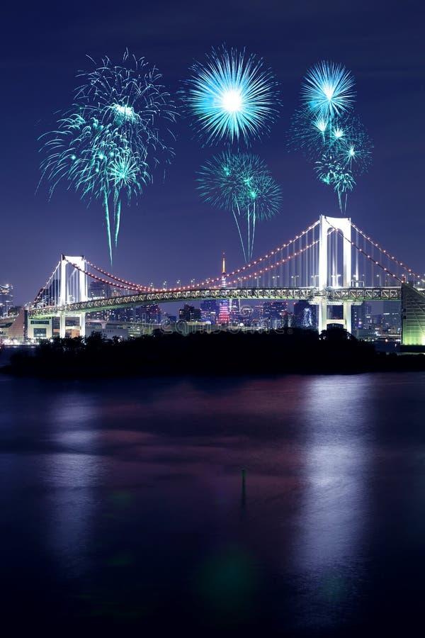 Πυροτεχνήματα που γιορτάζουν πέρα από τη γέφυρα ουράνιων τόξων του Τόκιο τη νύχτα, Ιαπωνία στοκ φωτογραφία με δικαίωμα ελεύθερης χρήσης