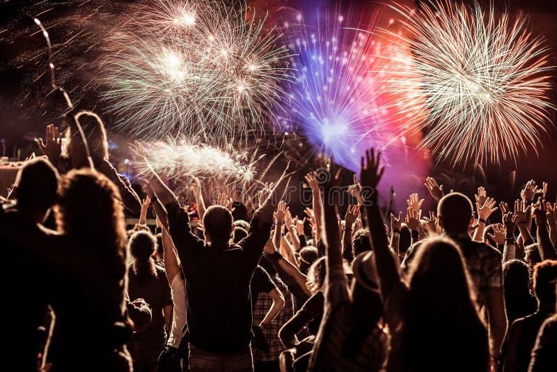 Πυροτεχνήματα προσοχής πλήθους στο νέο έτος στοκ φωτογραφίες