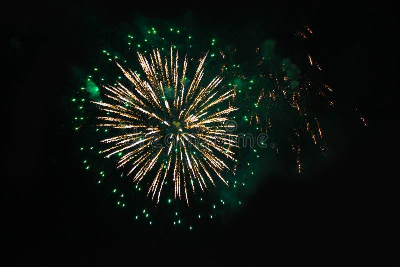 Πυροτεχνήματα Πυροτέχνημα Μια πηγή των λαμπρά χρωματισμένων και πράσινων φω'των σπινθηρίσματος στο νυχτερινό ουρανό κατά τη διάρκ στοκ φωτογραφία