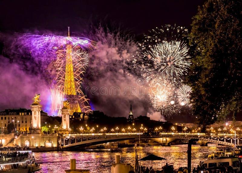 Πυροτεχνήματα πύργων του Άιφελ στοκ φωτογραφία