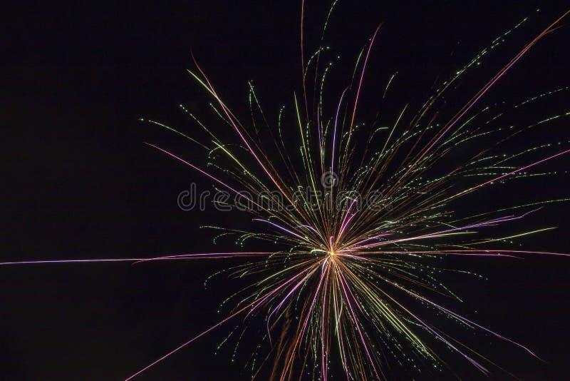 Πυροτεχνήματα σε έναν μαύρο καμβά στοκ φωτογραφία με δικαίωμα ελεύθερης χρήσης