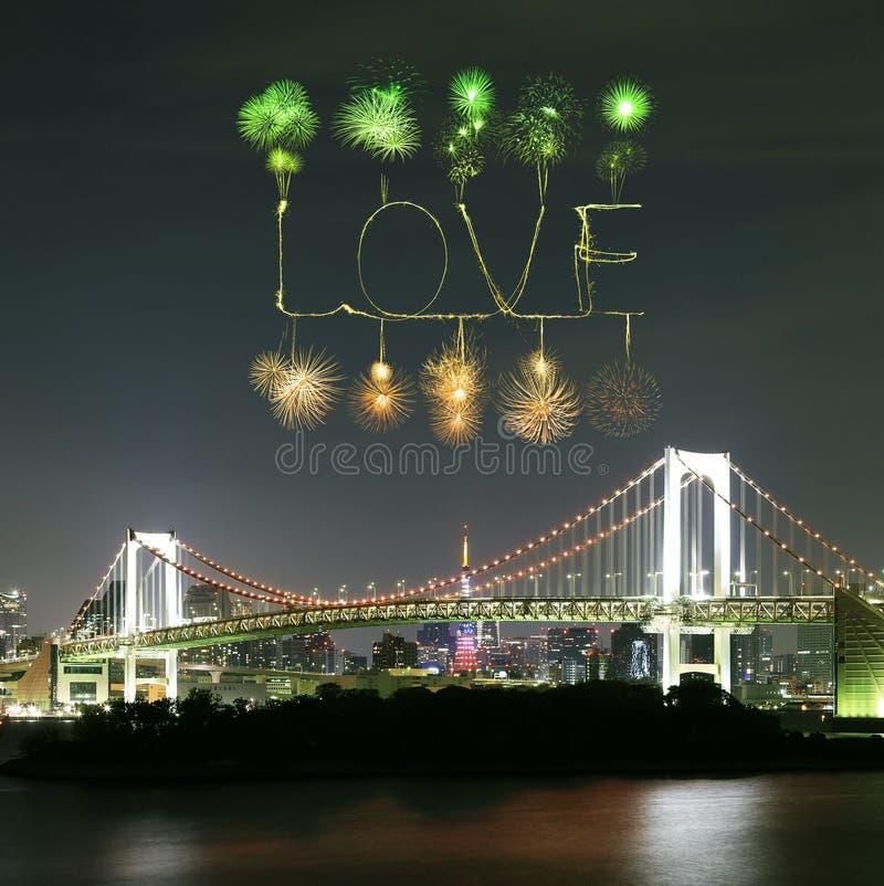 Πυροτεχνήματα σπινθηρίσματος αγάπης που γιορτάζουν πέρα από τη γέφυρα ουράνιων τόξων του Τόκιο στοκ εικόνες