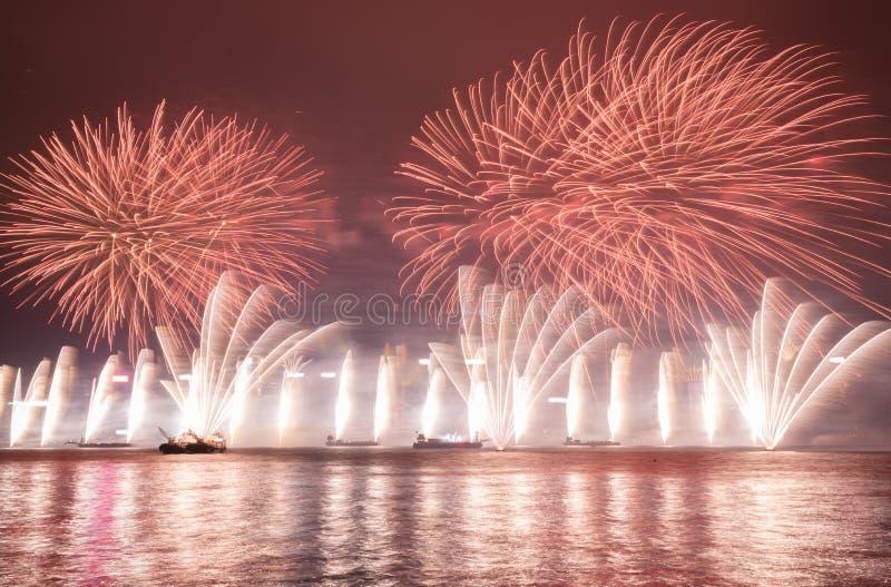 Πυροτεχνήματα στο νέο εορτασμό 2017 έτους Χονγκ Κονγκ στο λιμάνι Βικτώριας στοκ εικόνα