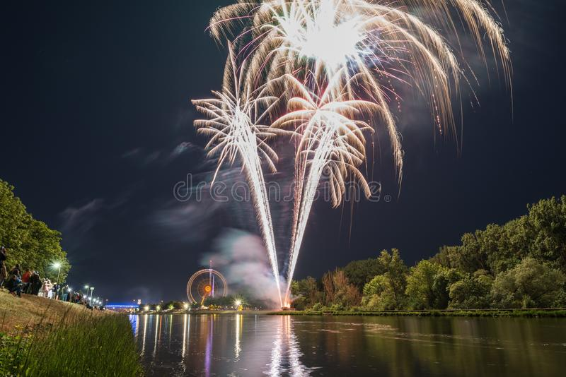 Πυροτεχνήματα του Maidult με τη ρόδα Ferris στο Ρέγκενσμπουργκ, Γερμανία στοκ φωτογραφία