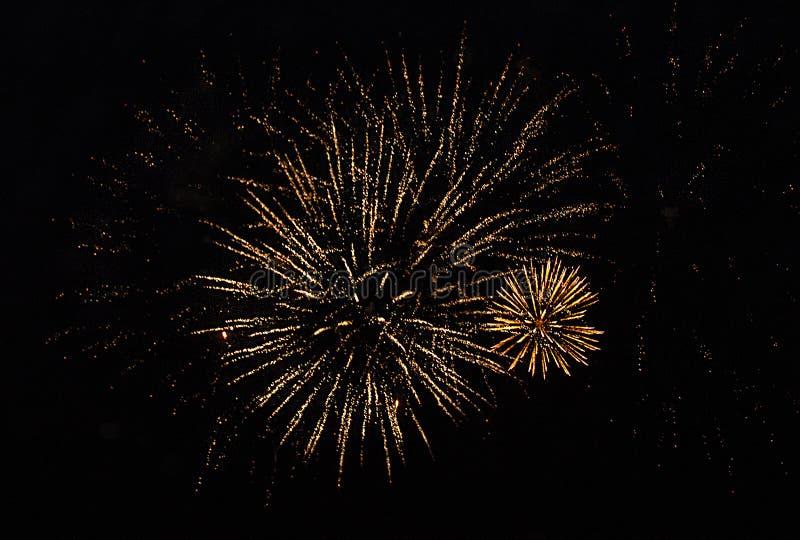 Πυροτεχνήματα των χρυσών φω'των στο νυχτερινό ουρανό στοκ φωτογραφία