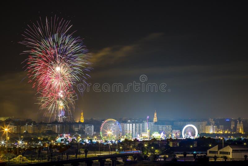 Πυροτεχνήματα Feria de Abril Σεβίλη Ανδαλουσία Ισπανία στο nigth στοκ εικόνα