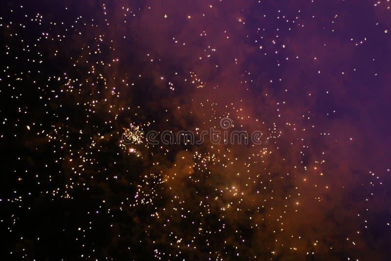 Πυροτεχνουργία/πυροτεχνήματα σε έναν σκοτεινό νυχτερινό ουρανό στοκ φωτογραφία