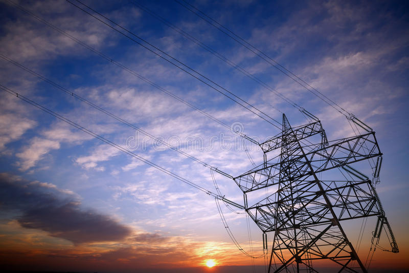 Πυλώνας και ηλεκτροφόρα καλώδια στο ηλιοβασίλεμα στοκ φωτογραφία με δικαίωμα ελεύθερης χρήσης