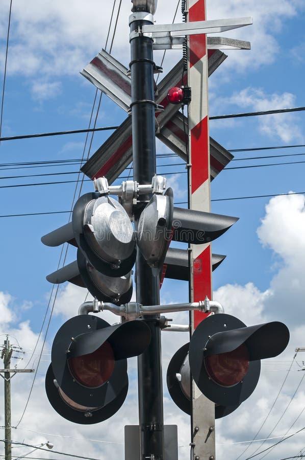 Πυλώνας με τους φωτεινούς σηματοδότες σιδηροδρόμων στοκ φωτογραφία