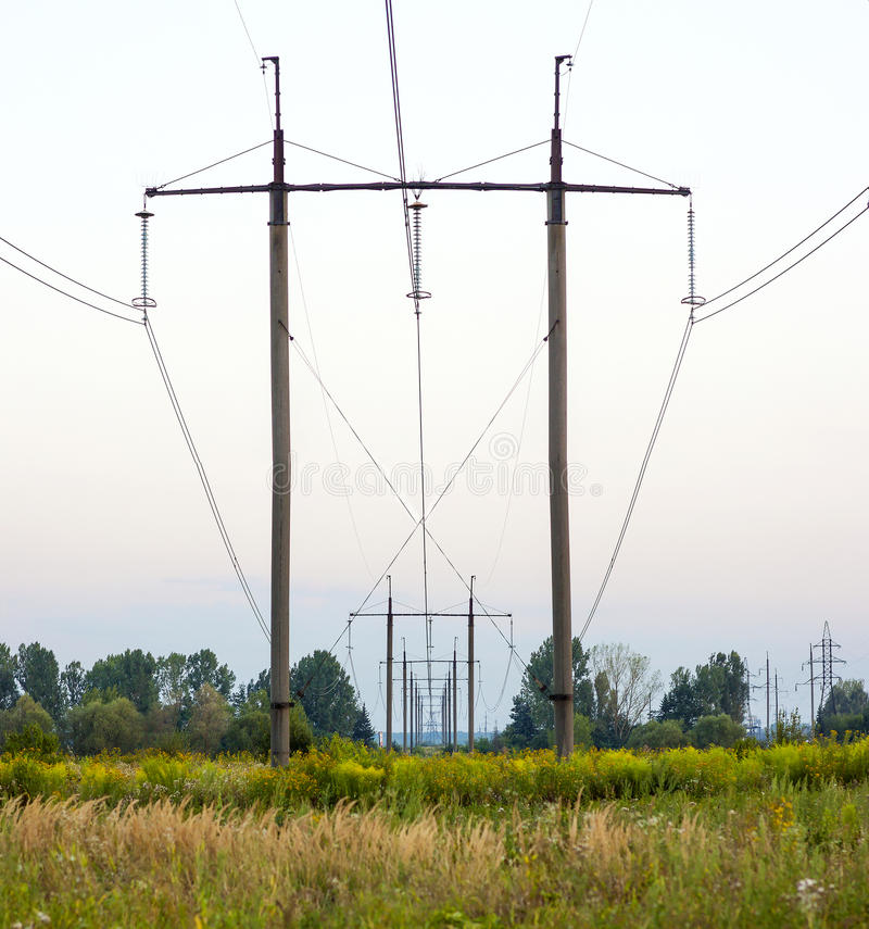 Πυλώνες ηλεκτρικής ενέργειας που σύρουν μακριά στον τομέα Δύναμη-μετάδοση po στοκ εικόνα με δικαίωμα ελεύθερης χρήσης
