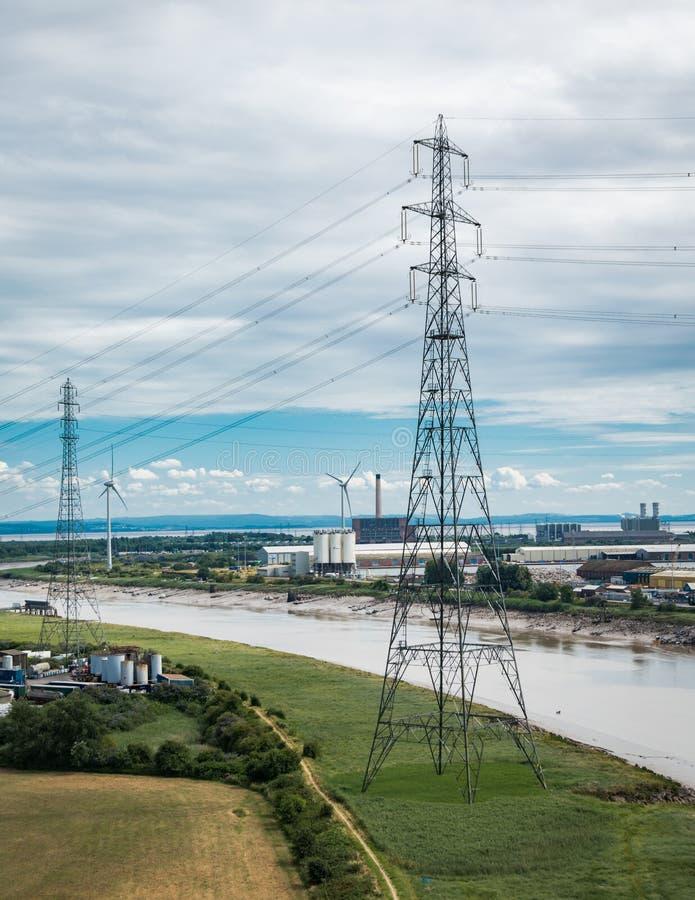 Πυλώνες ηλεκτρικής ενέργειας στο πεδίο κριθαριού στοκ φωτογραφίες με δικαίωμα ελεύθερης χρήσης
