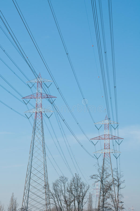 Πυλώνες του χάλυβα που χρησιμοποιούνται για να φέρουν το ηλεκτρικό τρέχον silhou στοκ φωτογραφία με δικαίωμα ελεύθερης χρήσης