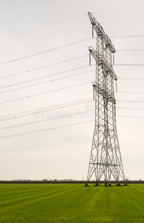 Download Πυλώνες δύναμης σε μια γεωργική περιοχή Στοκ Εικόνα - εικόνα από engineering, νεφελώδης: 62720741