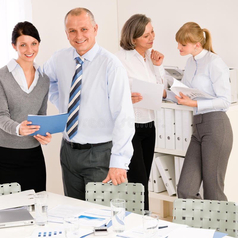 πωλήσεις αναθεώρησης εκθέσεων ανθρώπων επιχειρησιακής συνεδρίασης στοκ φωτογραφία με δικαίωμα ελεύθερης χρήσης