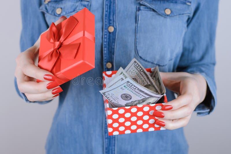 Πωλήστε τη φιλανθρωπία προσώπων ανθρώπων δίνει το εισοδηματικό perks όφελος δίνει το δίσκο στοκ φωτογραφία με δικαίωμα ελεύθερης χρήσης