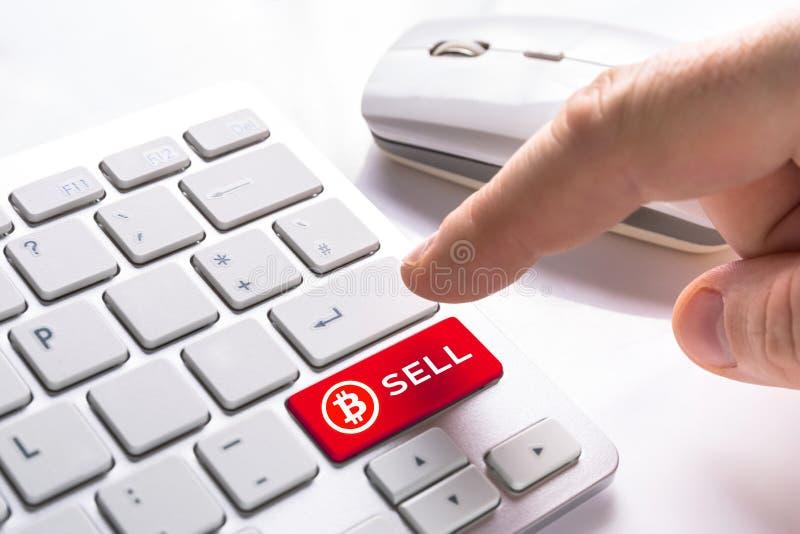 Πωλήστε bitcoin το κουμπί νομίσματος στοκ φωτογραφία με δικαίωμα ελεύθερης χρήσης