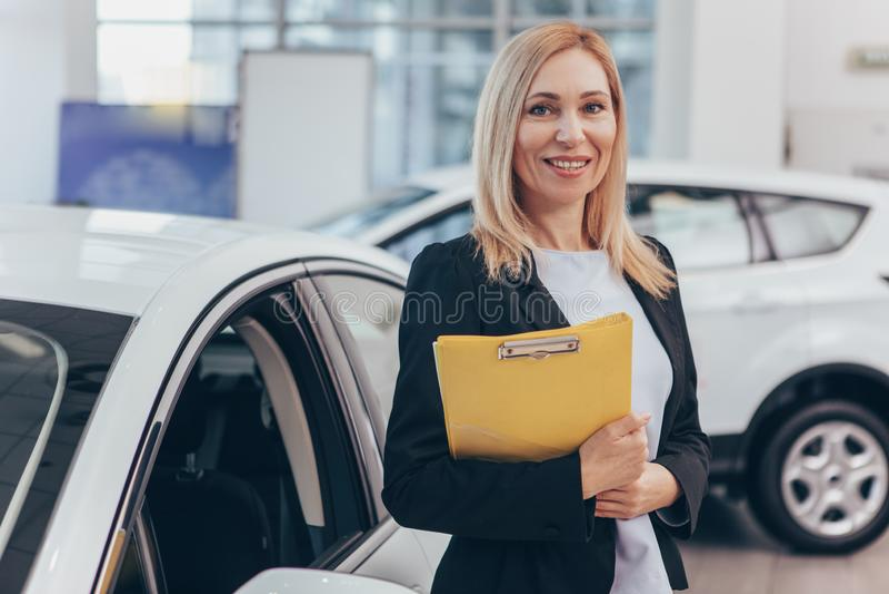 Πωλήτρια που εργάζεται στη εμπορία αυτοκινήτων στοκ εικόνες με δικαίωμα ελεύθερης χρήσης