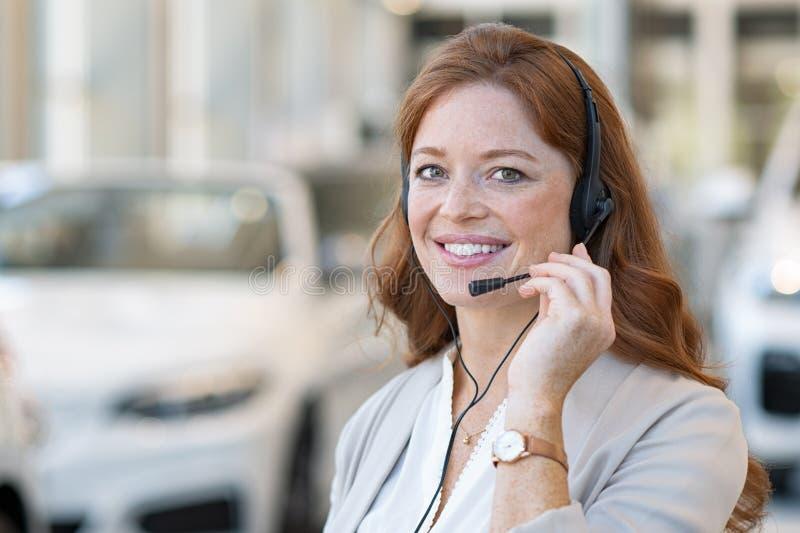 Πωλήτρια στο τηλεφωνικό κέντρο της εμπορίας αυτοκινήτων στοκ φωτογραφίες