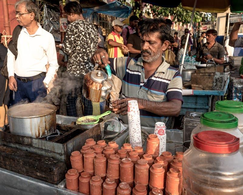 Πωλητής οδών που κατασκευάζει το τσάι στοκ εικόνες με δικαίωμα ελεύθερης χρήσης