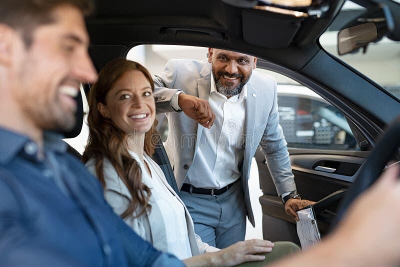 Πωλητής που παρουσιάζει νέο αυτοκίνητο για να συνδέσει στοκ φωτογραφίες με δικαίωμα ελεύθερης χρήσης
