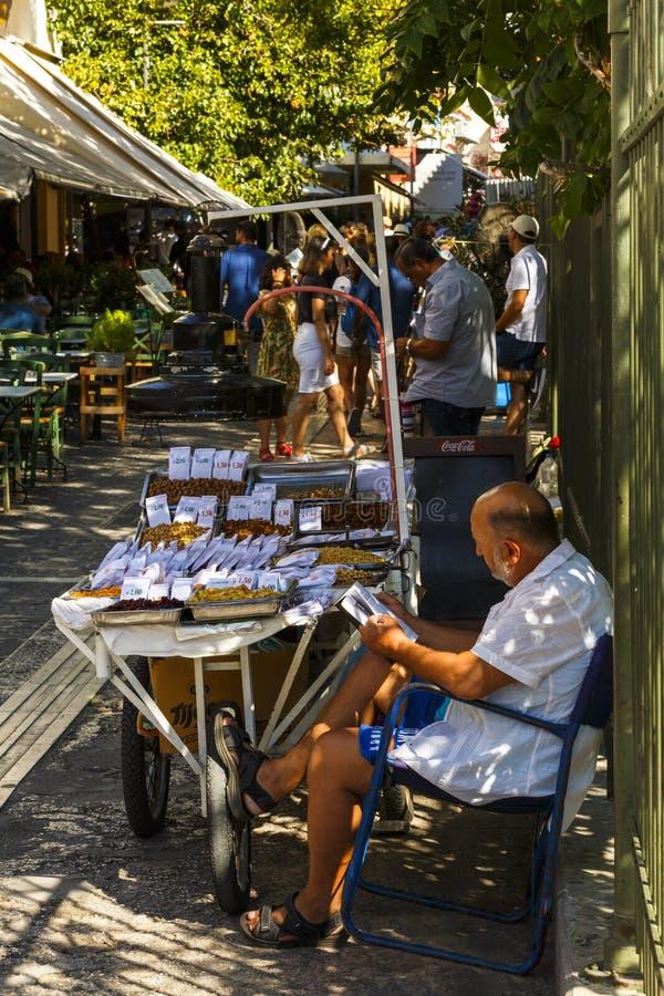 Πωλητής των καρυδιών και ξηρός - φρούτα στην Αθήνα, Ελλάδα