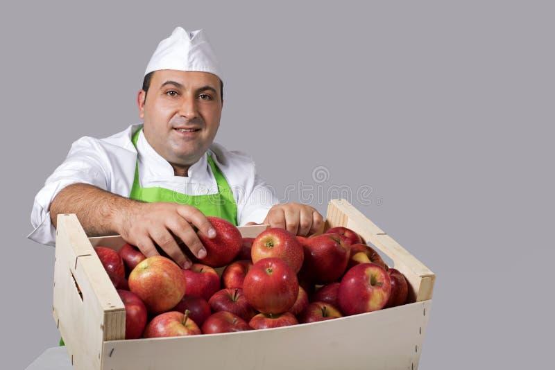 Πωλητής φρούτων με το κιβώτιο των μήλων στοκ φωτογραφία με δικαίωμα ελεύθερης χρήσης