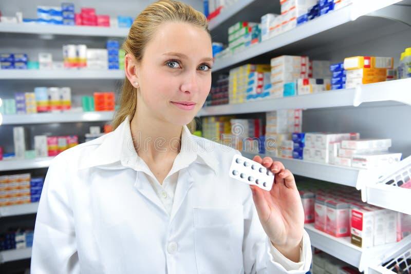 Πωλώντας ιατρική φαρμακοποιών στοκ εικόνα με δικαίωμα ελεύθερης χρήσης