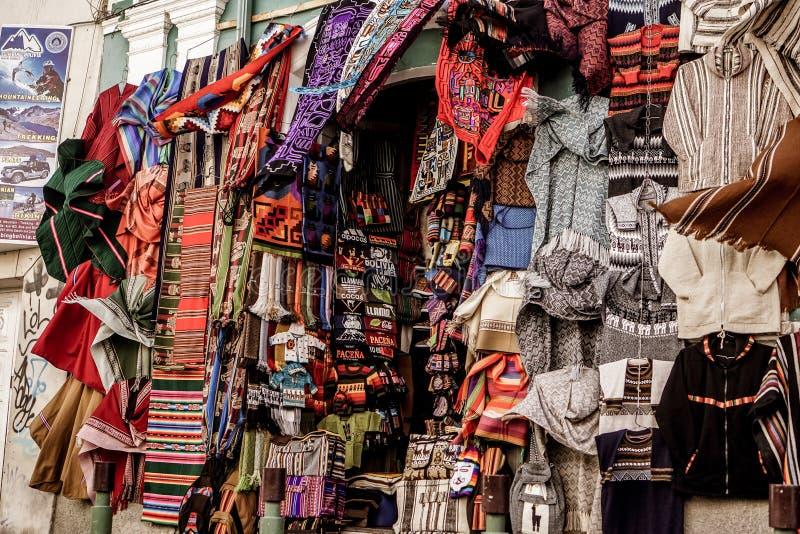 Πωλώντας ιματισμός στη βολιβιανή αγορά στοκ εικόνες