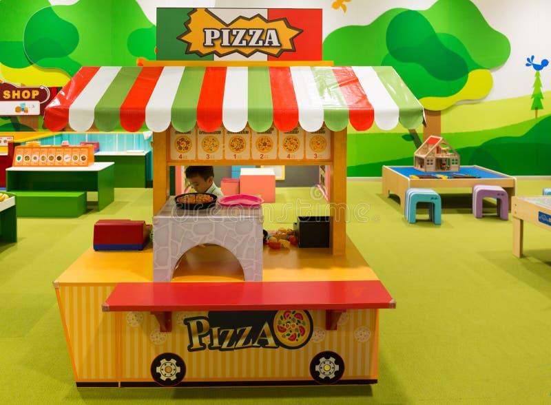 Πωλώντας πίτσα παιχνιδιών μικρών παιδιών σε ένα Pizzeria στα παιδιά Playg στοκ εικόνες με δικαίωμα ελεύθερης χρήσης