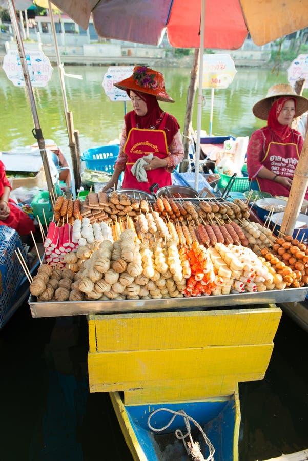 Πωλώντας ραβδιά κέικ ψαριών γυναικών να επιπλεύσει Klong Hae στην αγορά, Hatyai, Ταϊλάνδη στοκ φωτογραφία με δικαίωμα ελεύθερης χρήσης