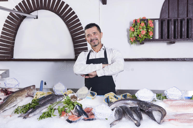 Πωλήτρια σε ένα κατάστημα ψαριών στοκ εικόνα με δικαίωμα ελεύθερης χρήσης