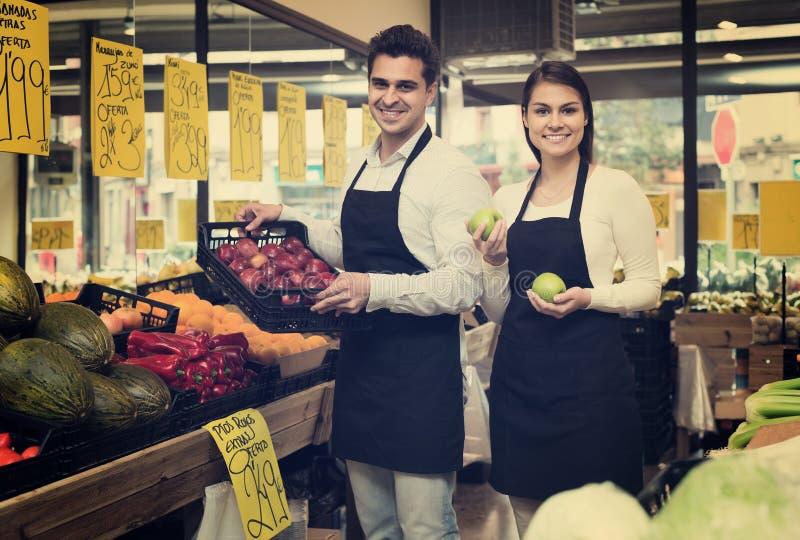 Πωλητές που προσφέρουν τα εποχιακά γλυκά μήλα στο παντοπωλείο στοκ εικόνα με δικαίωμα ελεύθερης χρήσης