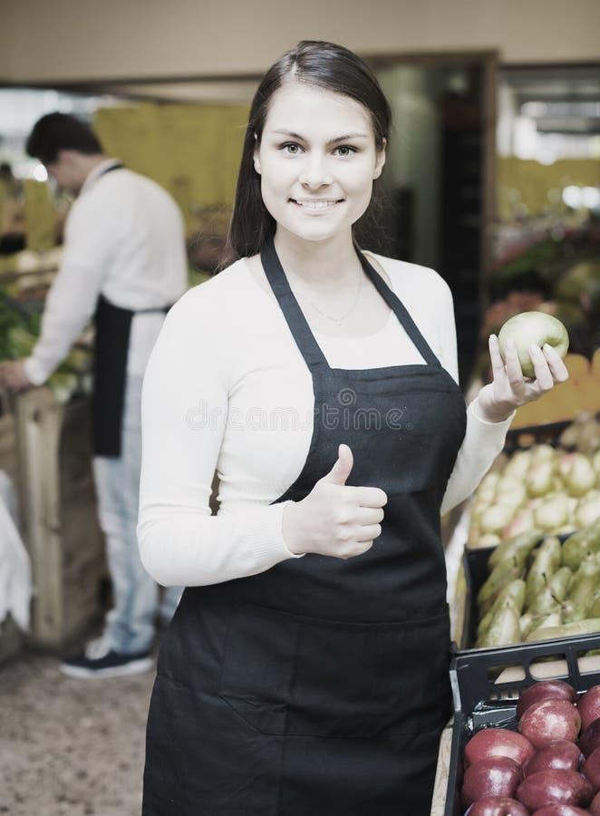 Πωλητές που προσφέρουν τα εποχιακά γλυκά μήλα στο παντοπωλείο στοκ φωτογραφία με δικαίωμα ελεύθερης χρήσης