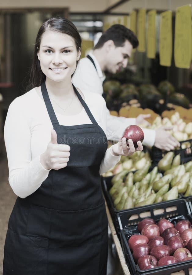 Πωλητές που προσφέρουν τα εποχιακά γλυκά μήλα στο παντοπωλείο στοκ φωτογραφίες