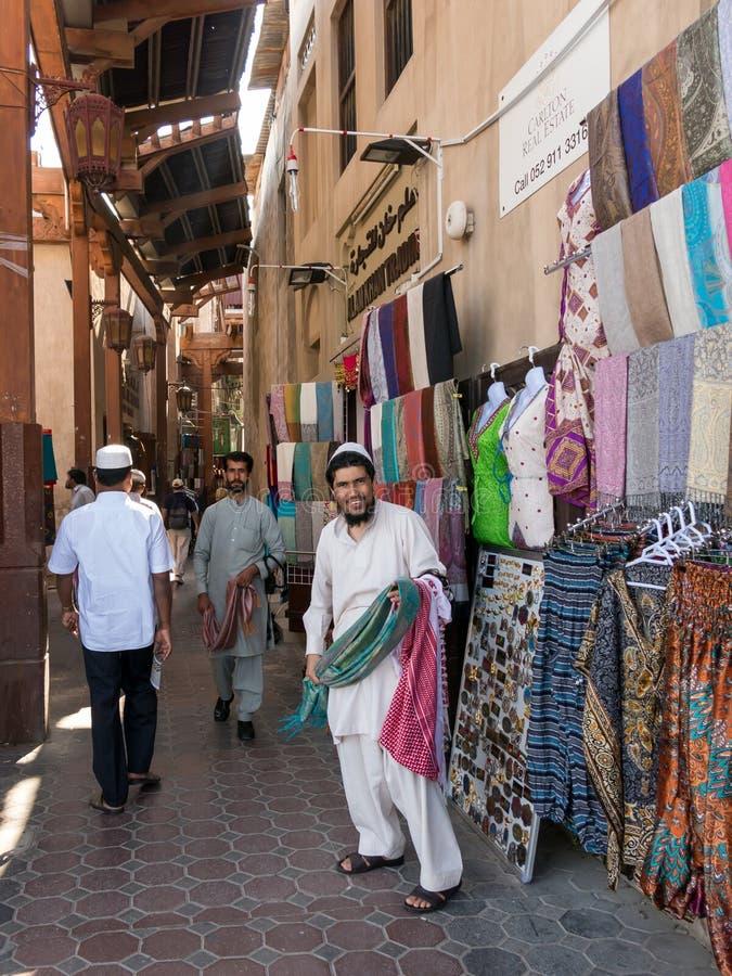 Πωλητές στο υφαντικό παζάρι στο γραφείο Ντουμπάι στοκ εικόνες