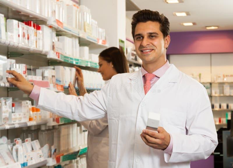 Πωλητής ατόμων στο κατάστημα φαρμακοποιών στοκ φωτογραφίες με δικαίωμα ελεύθερης χρήσης