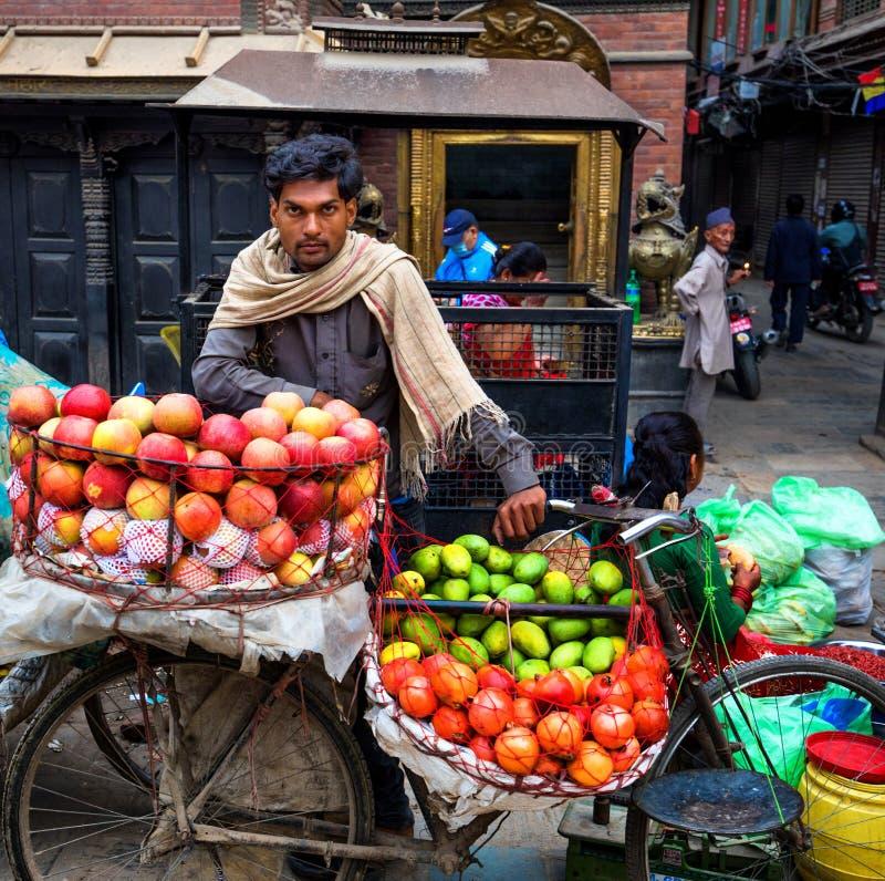 Πωλητής Νεπάλ φρούτων στοκ εικόνες