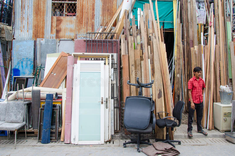 Πωλητής στη χρησιμοποιημένη αγορά πραγμάτων στο αρσενικό Μαλδίβες στοκ φωτογραφίες